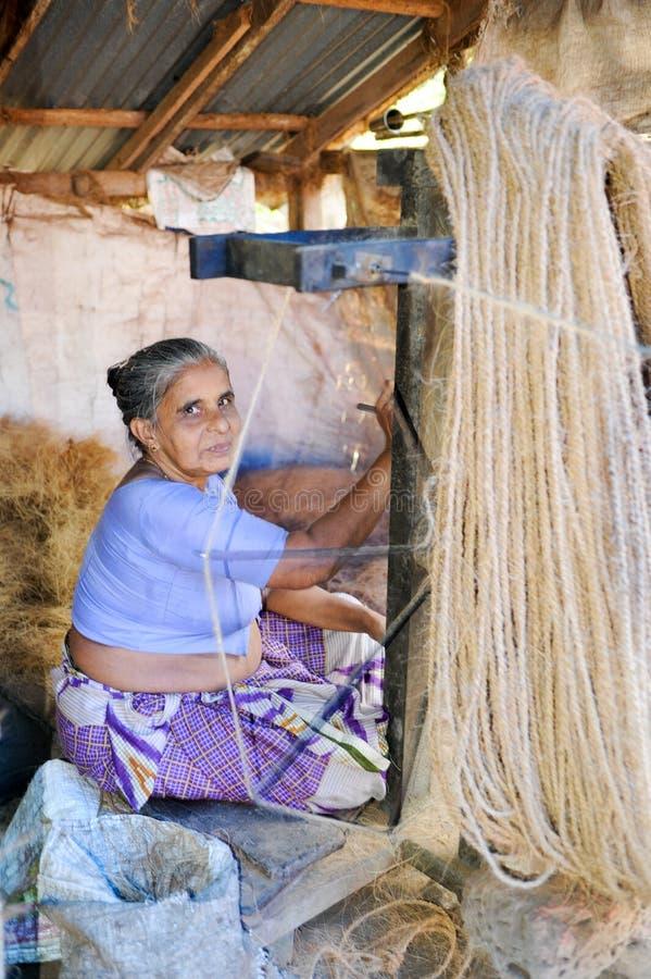 Kvinna som bygger ett naturligt rep på Kollam på Indien royaltyfri bild