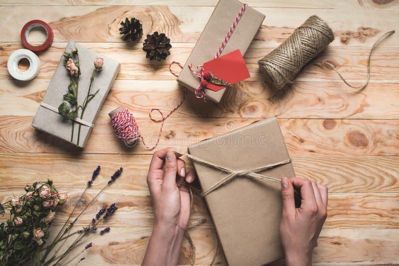 Kvinna som dekorerar julgåvan fotografering för bildbyråer