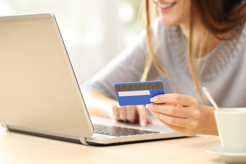 Kvinna som direktanslutet köper med kreditkorten royaltyfria foton