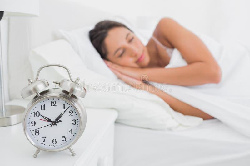 Kvinna som djupt sover i säng arkivfoto