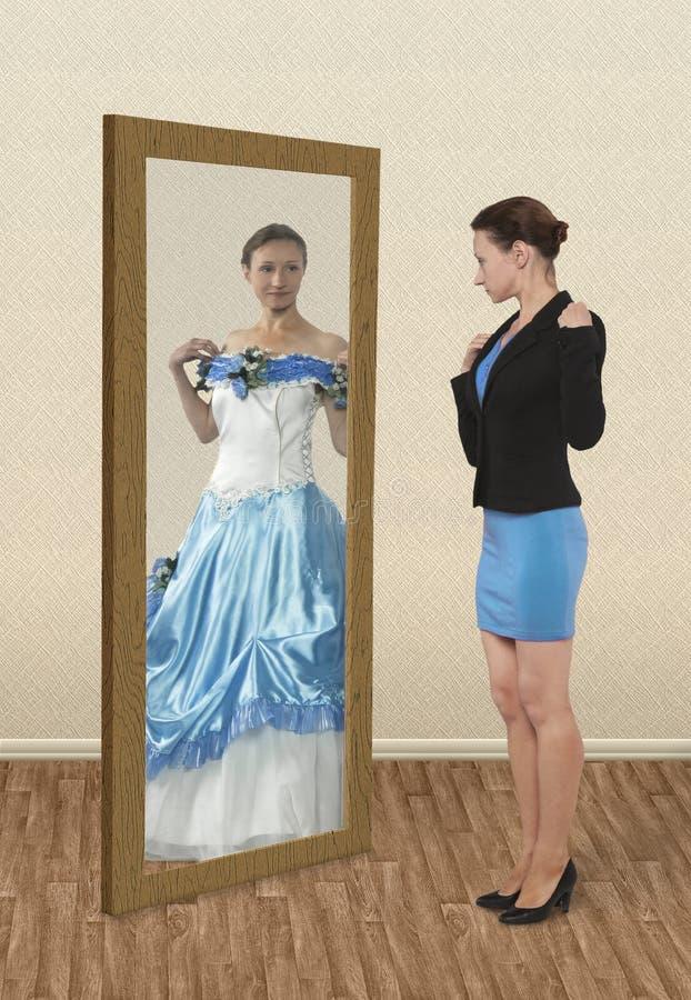 Kvinna som drömmer om att vara en prinsessa royaltyfri bild