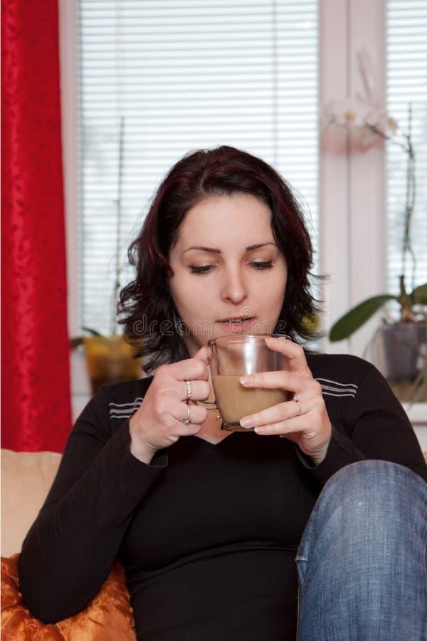 Kvinna som dricker kaffe arkivfoton