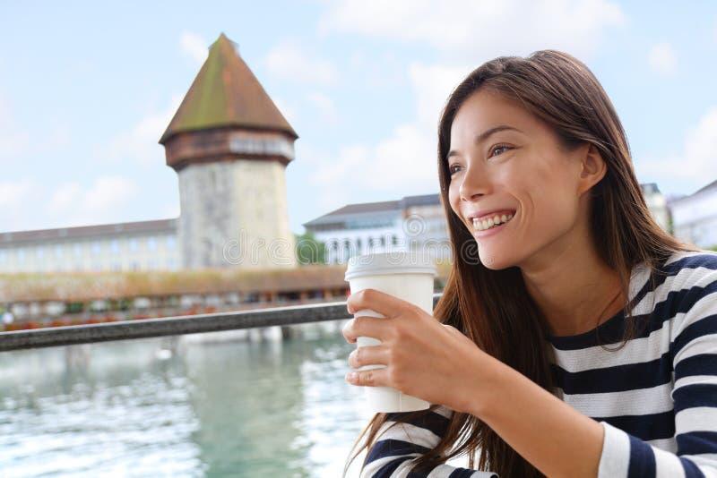 Kvinna som dricker kaffe på kafét Lucerne Schweiz arkivfoto