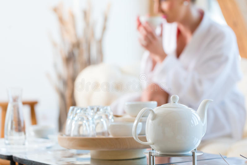 Kvinna som dricker te i wellnessbrunnsort royaltyfri bild