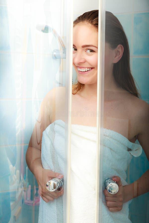 Download Kvinna Som Duschar I Duschkabinsovalkov Arkivfoto - Bild av bilaga, sunt: 63325414