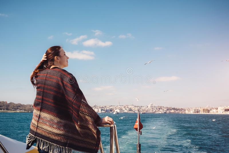 Kvinna som enjoing den härliga den Bosphorus sikten och resanden till Istanbul royaltyfri fotografi