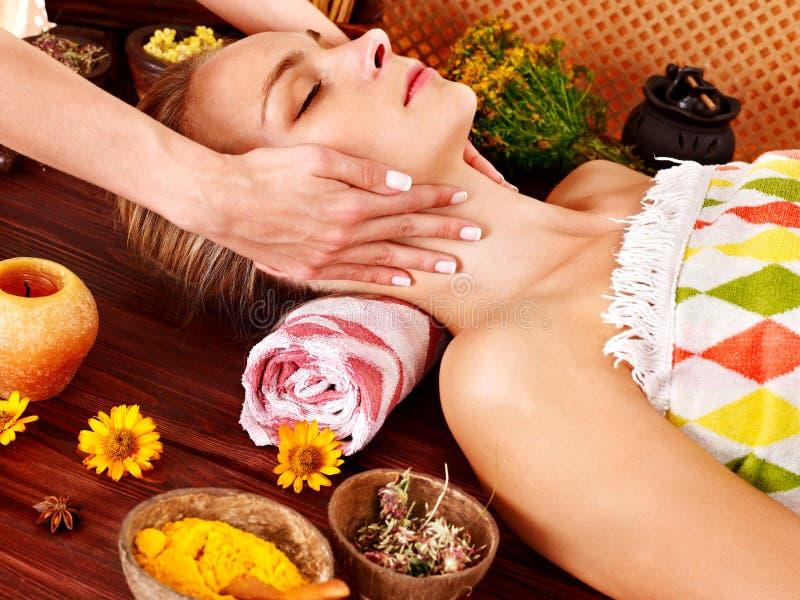 Kvinna som får ansikts- massage. arkivfoto