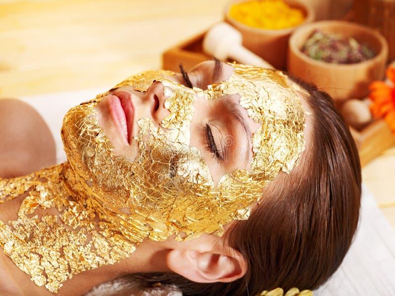 Kvinna som får den ansikts- maskeringen. royaltyfri foto