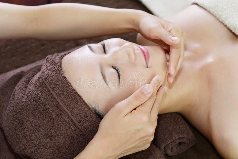 Kvinna som får en ansikts- massage royaltyfri bild