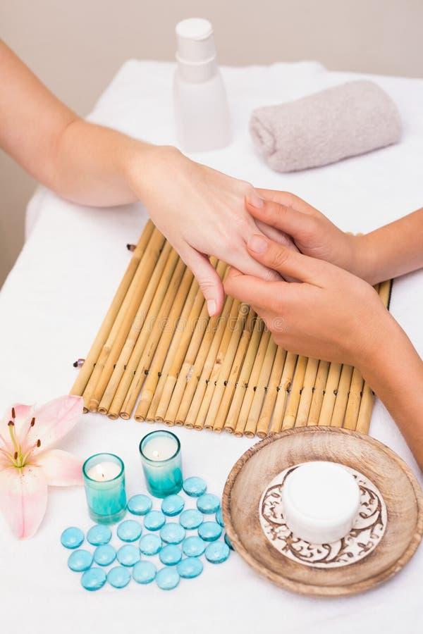 Kvinna som får en handmassage arkivfoton