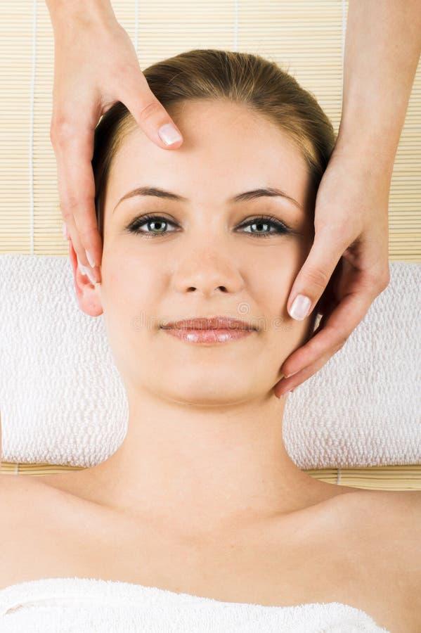 Kvinna som får en massage arkivfoton