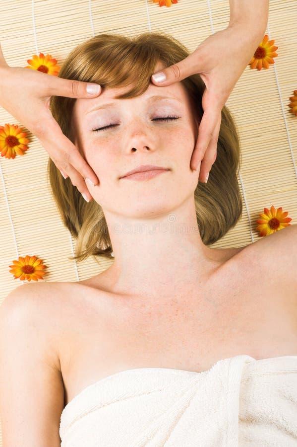 Kvinna som får en massage arkivbilder