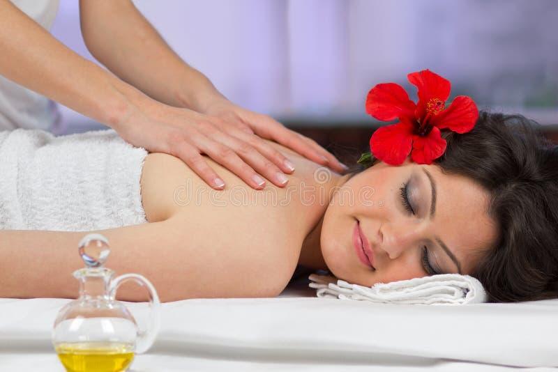Kvinna som får en tillbaka massage. royaltyfri bild