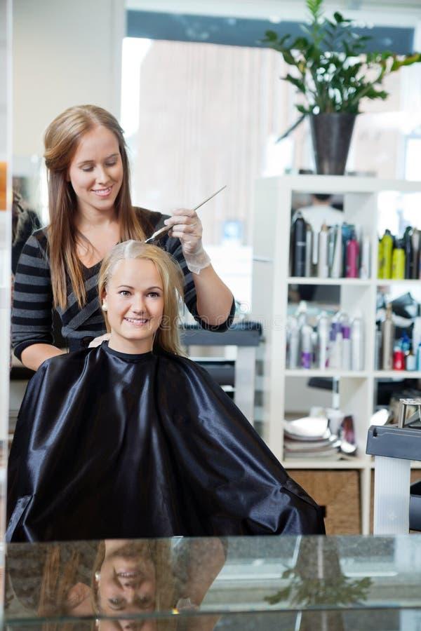 Kvinna som får hår markerat royaltyfria foton