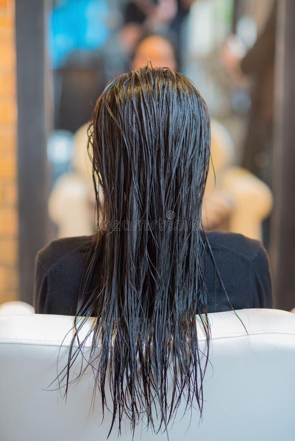Kvinna som får hår utformat arkivbilder