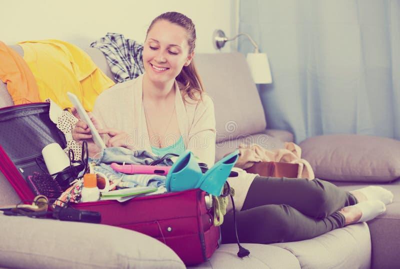 Kvinna som får klar för ferier royaltyfria bilder