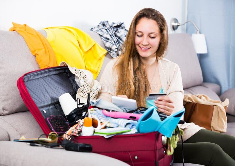 Kvinna som får klar för ferier arkivfoto