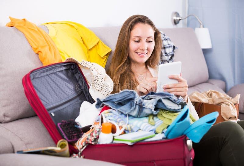Kvinna som får klar för ferier royaltyfria foton