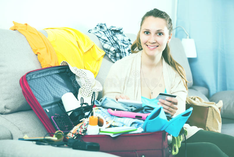 Kvinna som får klar för ferier royaltyfri bild
