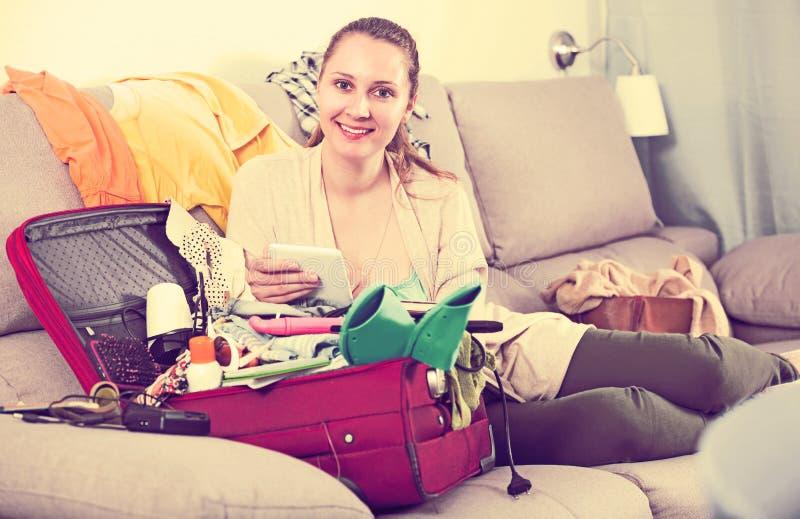 Kvinna som får klar för ferier arkivfoton