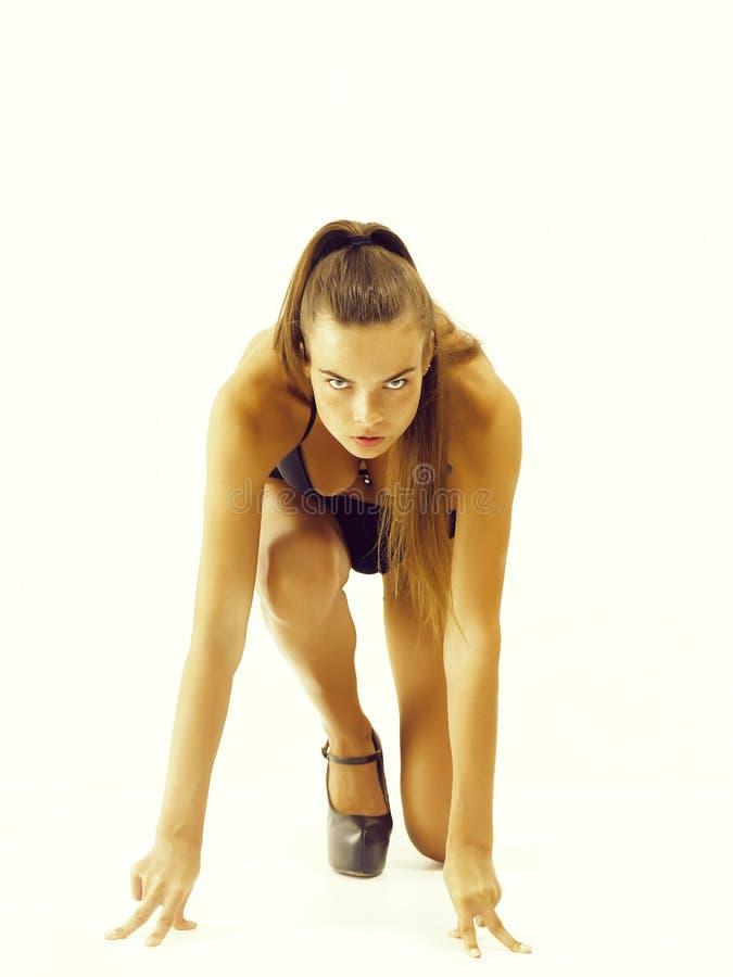 kvinna som får klar till den inkörda startande positionen arkivfoton
