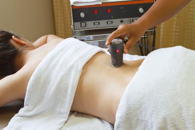Kvinna som får sjukgymnastik, behandling med ultr arkivfoto
