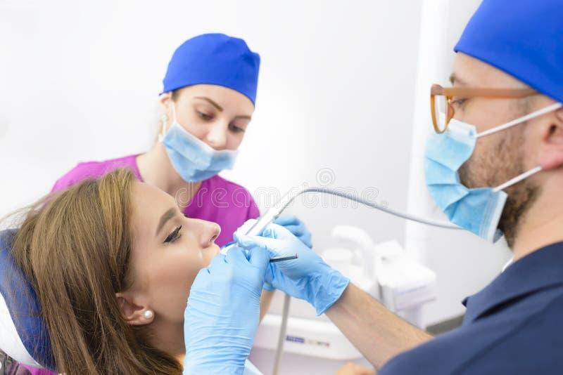 Kvinna som får tand- behandling royaltyfri foto