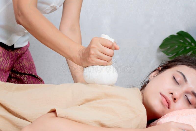 Kvinna som får thai växt- compressmassage i brunnsort royaltyfria foton