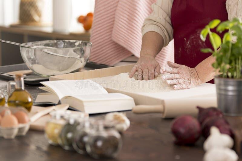 Kvinna som förbereder deg för pasta royaltyfria bilder