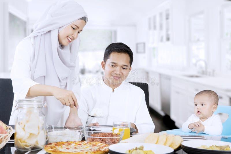 Kvinna som förbereder mat för familj i kök arkivfoton