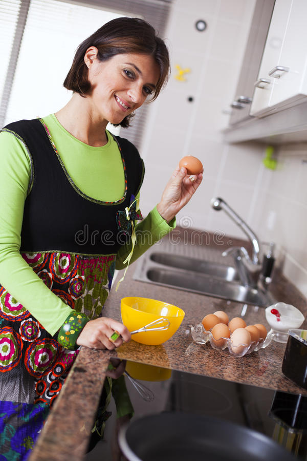 Kvinna som förbereder mat på köket fotografering för bildbyråer