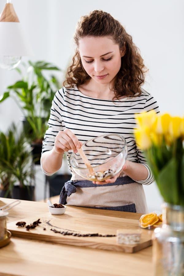 Kvinna som förbereder naturliga skönhetsmedel royaltyfria foton