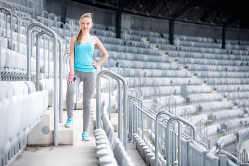 Kvinna som förbereder sig för utbildning på stadion, trappa och konditionutbildning - arg passformgenomkörare och spring royaltyfria bilder