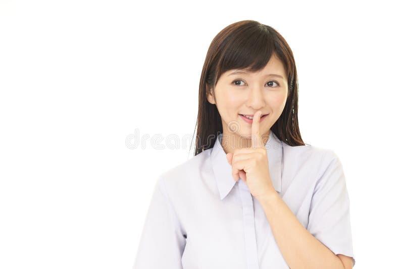 Kvinna som förlägger fingret på kanter arkivbild