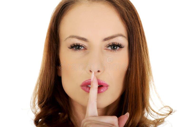 Kvinna som förlägger fingret på kanter arkivfoton