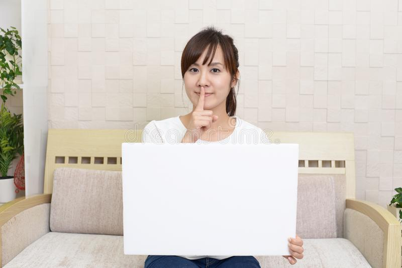 Kvinna som förlägger fingret på kanter arkivfoto