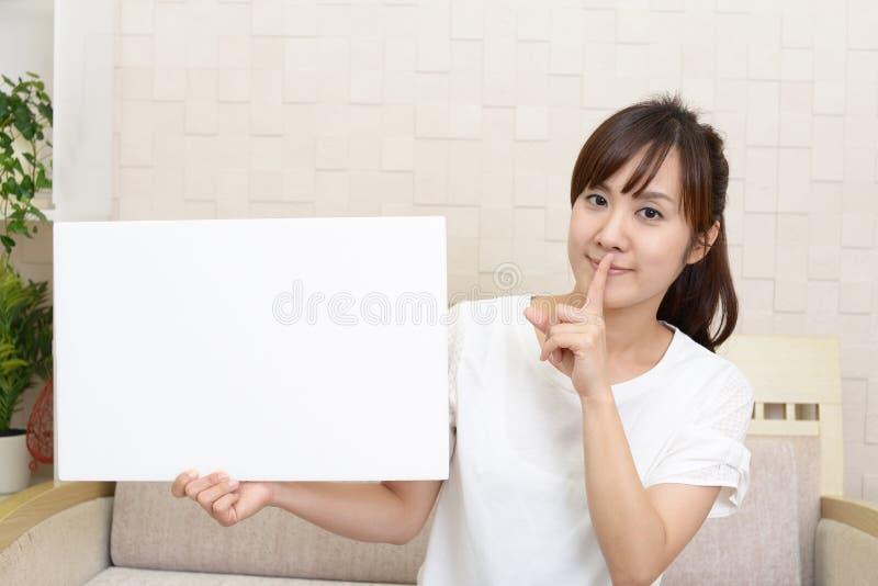 Kvinna som förlägger fingret på kanter royaltyfri fotografi