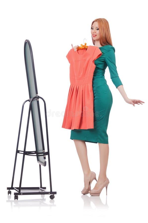 Kvinna som försöker nya kläder royaltyfri fotografi
