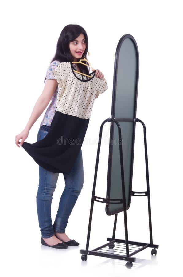 Kvinna som försöker nya kläder arkivfoto