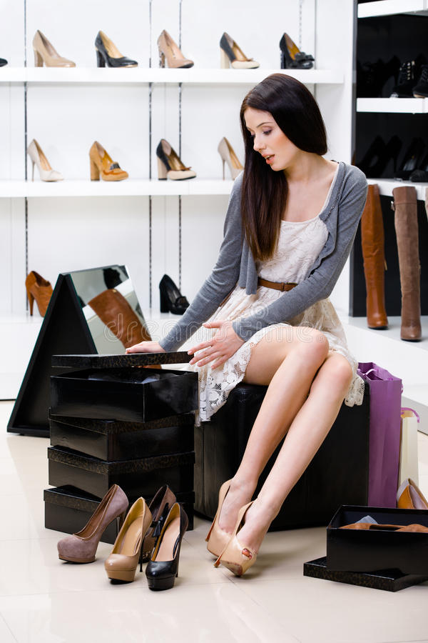 Download Kvinna Som Försöker På Pumpar I Shoppa Arkivfoto - Bild av grupp, buying: 37345688