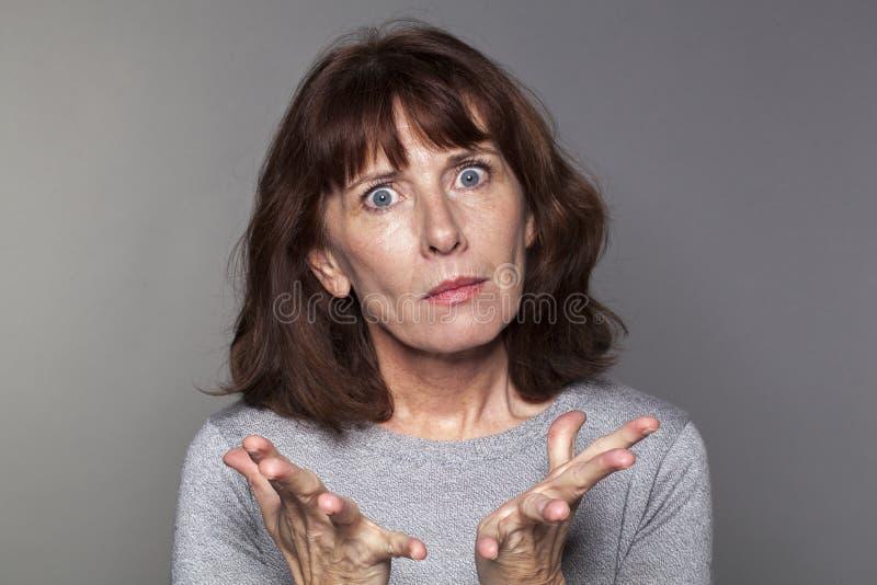 Kvinna som förvånas med handen ut arkivbild