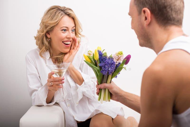Kvinna som förvånas om nätta blommor royaltyfria bilder