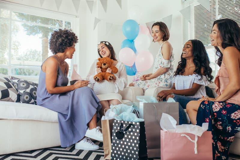 Kvinna som firar baby shower med vänner fotografering för bildbyråer