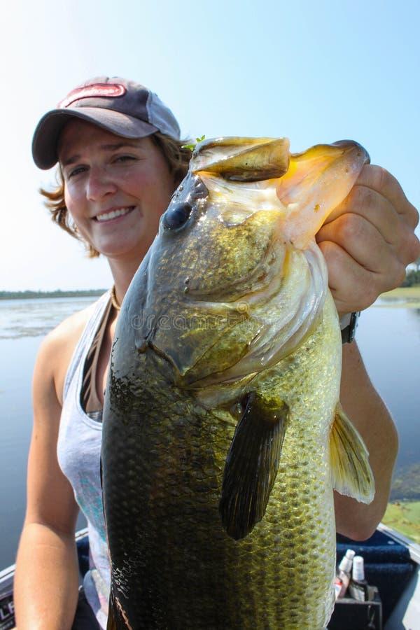 Kvinna som fiskar Largemouth bas- attraktivt royaltyfria foton