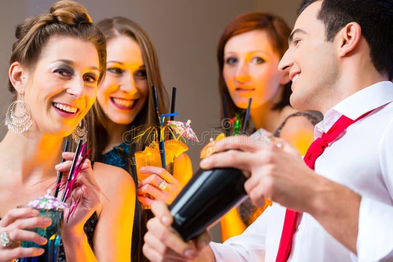 Kvinna som flörtar med barkeeperen royaltyfri bild