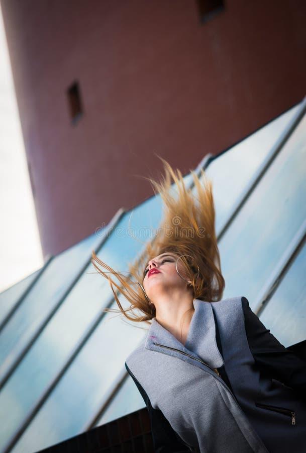 Kvinna som flyttar upp långt hår arkivfoto