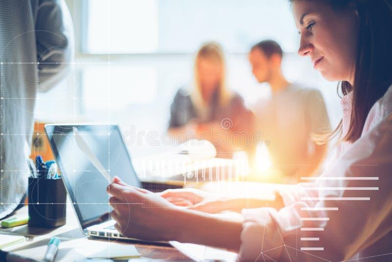 Kvinna som forskar nytt projekt Teamwork i öppet utrymmekontor Skrivbordsarbete på tabellen, bärbara datorn och mobiltelefonen fotografering för bildbyråer