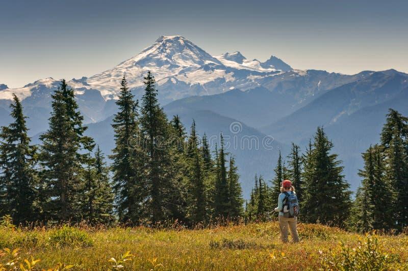 Kvinna som fotograferar berget med en mobiltelefon arkivbild