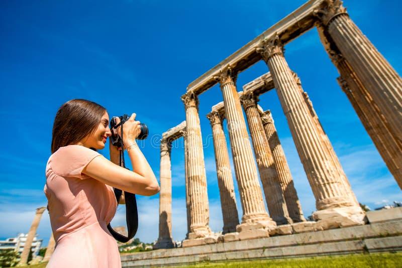 Kvinna som fotograferar den Zeus templet i akropol arkivbild