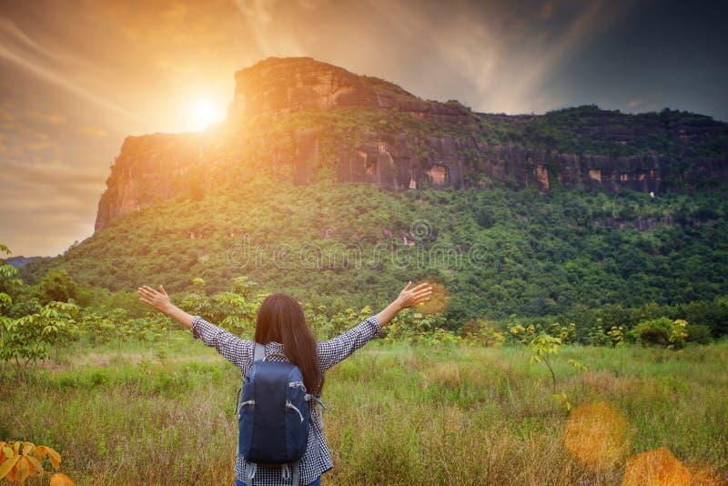 Kvinna som fotvandrar i berg på tid för solig dag royaltyfri foto
